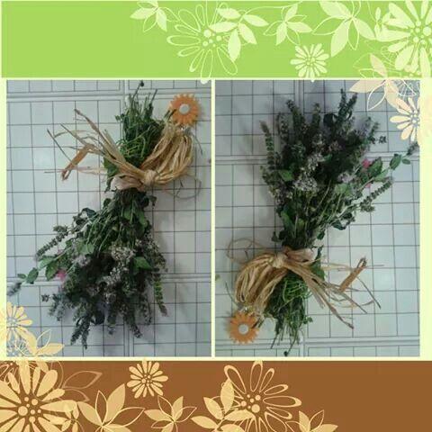 Piccolo mazzo di fiori di menta legato con rafia