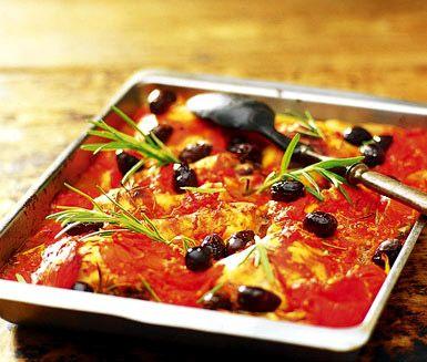 Här är ett underbart recept på saffranskyckling med tomat och fänkål. Tillsammans med bland annat rosmarin, vitt vin, chili och oliver blir det en mycket utsökt och lyxig rätt som passar till festliga tillfällen. Servera gärna med ris eller couscous!