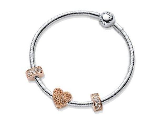 Pandora Eeuwige Liefde Set Armband + Bedels 19 cm B800749. Deze prachtige cadeauset is een unieke combinatie van zilver en rosékleurige bedels. De set bestaat uit een zilveren armband, twee spacers met pavegezette zirconiasteentjes en een opengewerkte hartjesbedel. Deze trendy combinatie van zilver en rosé geven een elegante finishing touch aan jouw outfit. De set is nu verkrijgbaar voor 139,00 i.p.v. 196,00.