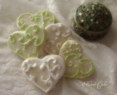Esta icing es perfecto para usar como pega cuando se esta pegando piezas de pastillaje , para hacer flores  de las que quieres que s...