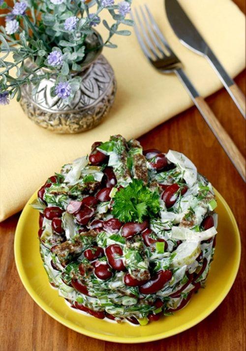 Салат из фасоли с ржаными гренками