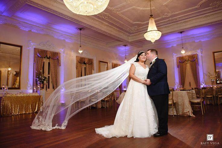 Me emociona mucho compartirles esta foto. Giselle & Luis son una pareja muy especial y ni el huracán Maria impidió que realizaran su boda en el Antiguo Casino de Ponce.  Muchas felicidades mis amigos pronto más fotitos en mi Blog  #RafyVegaPhotography  #gl4ever17