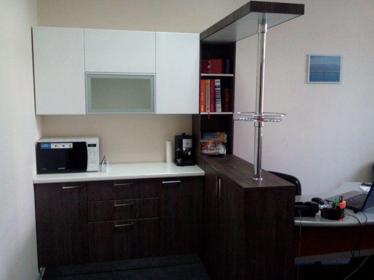Офисная мини-кухня с барной стойкой.