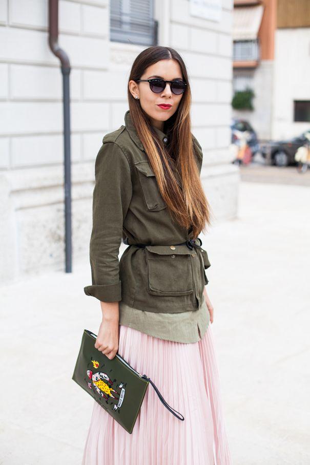 Parka verde e una gonna plissettata lunga, lunghissima