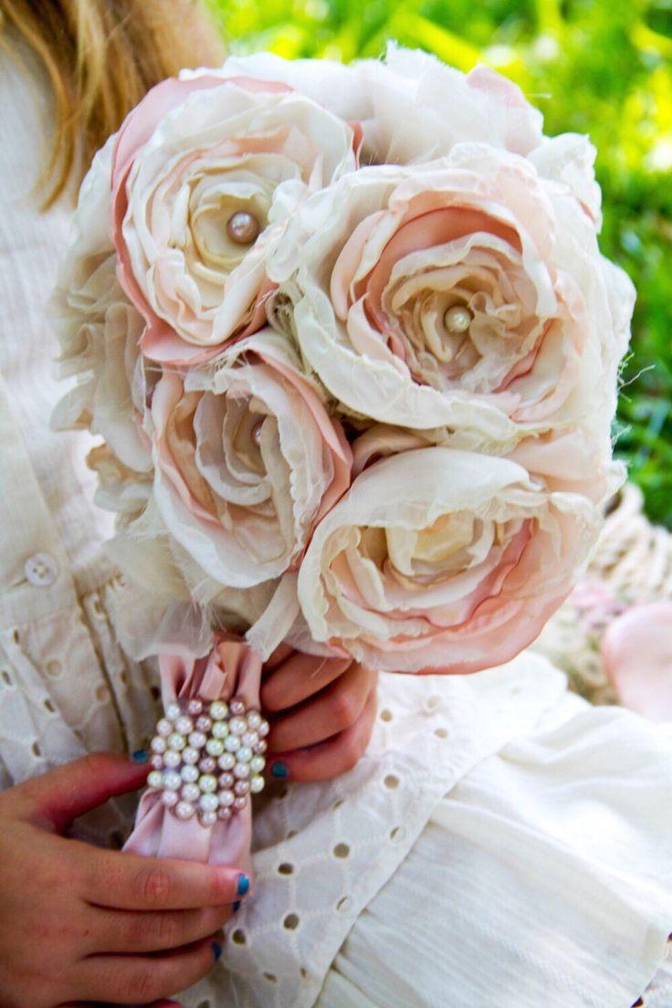 Bouquet di fiori di tessuto avorio rosa rose sposa bouquet da sposa perla perline fino ciclato damigelle regalo profumo rosa pastello avorio vintage bouquet di sunshowerflowers su Etsy https://www.etsy.com/it/listing/194916381/bouquet-di-fiori-di-tessuto-avorio-rosa