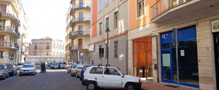Locale commerciale nei pressi di Via Dante composto da ambiente unico, due bagni e ripostiglio di circa 80 mq con doppia vetrina.