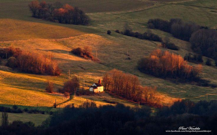 Krajinka pri Chvojnici,na ktorej je zachytený baptistický kostolík.Fotené zo Žalostinej 622m /Biele Karpaty/ foto 3.4.2015