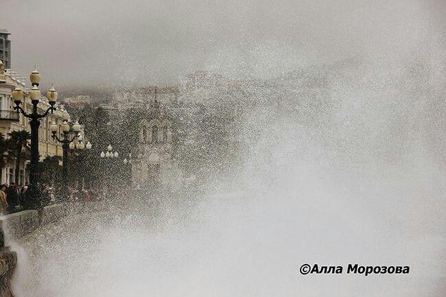 Зимний шторм. Ялта, Крым, Россия