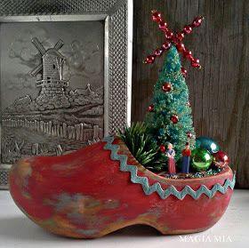 Dutch wooden shoe Christmas centerpiece featured at KnickofTime.net