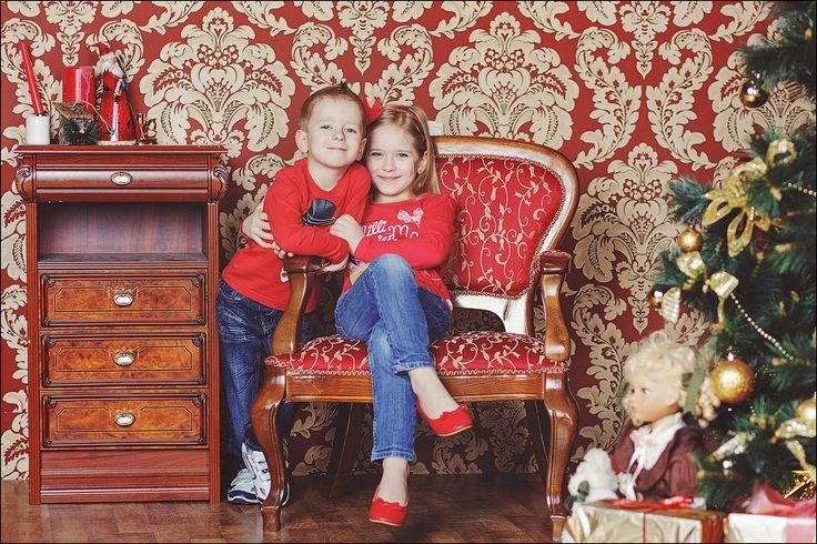 в цветах рождества - красные свитера и джинсы