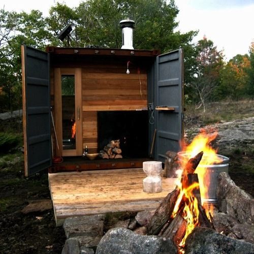 This shipping container cabin is similar in concept to the STU (Standard Thoreau Unit) of Lost Apple Education Park.