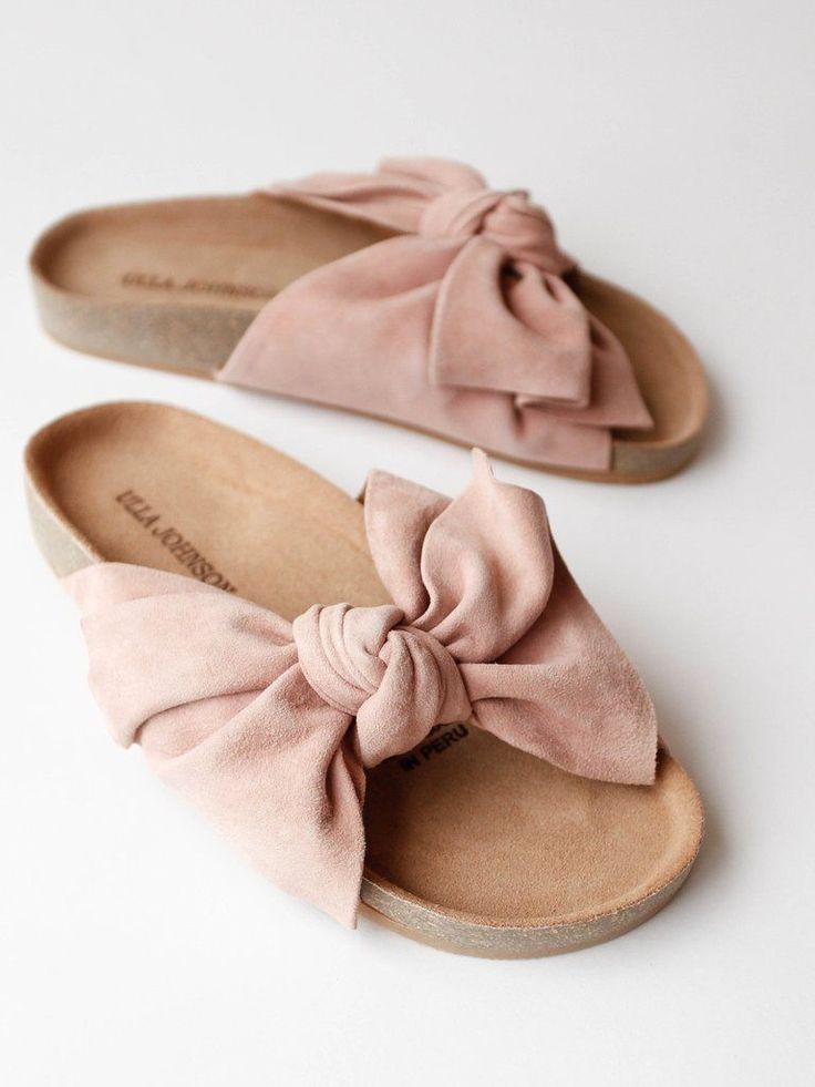 *PRE-ORDER // ships 5/10* Handmade cork slide with whimsical knotted suede bow. Color- Rose Suede Material- 100% Leather upper, 100% Cork sole Made in Peru