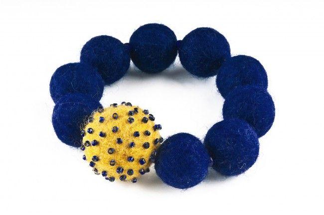 Bransoletka filcowa wyszywana koralikami - felted&embroidered stretch bracelet
