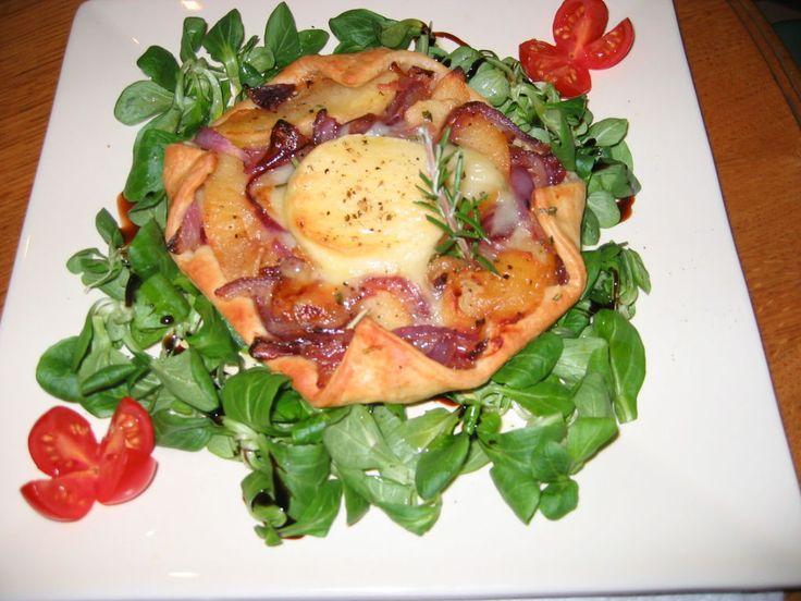 Découvrez la recette Tarte au rocamadour, magret de canard séché et aux pommes sur cuisineactuelle.fr.