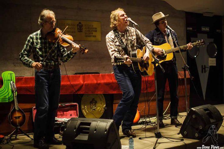 Jim Morrison -violín y banjo-, Alan Tyler -voz, guitarra y armónica- y Patrick Ralla -guitarra y banjo- de The Alan Tyler Show, colegio de abogados, Bilbao, 18/II/2016. Foto por Dena Flows  http://denaflows.com/galerias-de-fotos-de-conciertos/a/the-alan-tyler-show/