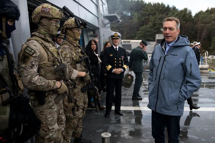 The new Norwegian Defence Minister Frank Bakke-Jensen inspecting some MJK operators aboard KNM Roald Amundsen October 28 2017.[2048x1365]