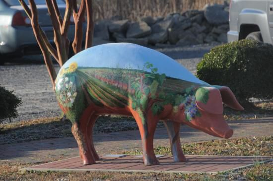 Image from http://media-cdn.tripadvisor.com/media/photo-s/07/11/a0/9b/smithfield-painted-pig.jpg.