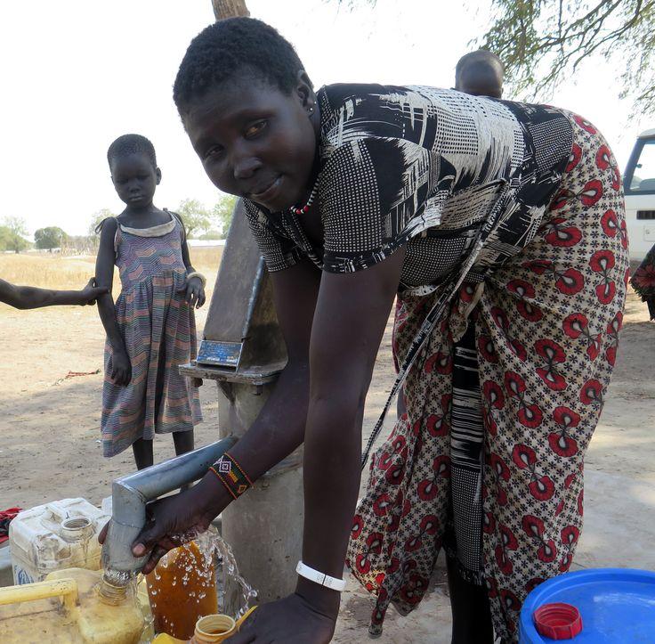 Una mujer saca agua de un pozo en Sudán del Sur.