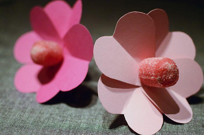 Klubbor blir till vackra blommor med pappershjätan som kronblad. En söt gåva till alla hjärtans dag. Make lollipops into flowers with 4 paper hearts. Perfect gift for valentines
