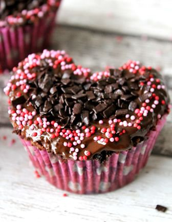 D.I.Y. Moederdag CC's | Cupcakerecepten.nl Erg lekkere choco cupcakes. En een idee om van ronde bakvormen hartjes te maken.