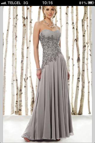 Vestido de noche largo en tono gris con encaje en el contorno de la cintura.