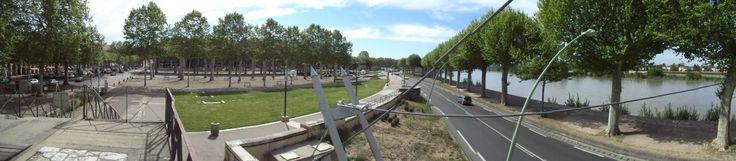 L'esplanade du Gravier et la voie sur berge en bord de Garonne à Agen...
