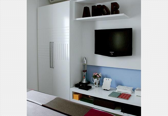 Com profundidade igual à da estante, o armário serve para guardar bolsas. Sem bloquear a passagem aos pés da cama, o móvel baixo tem profundidade de 50 cm