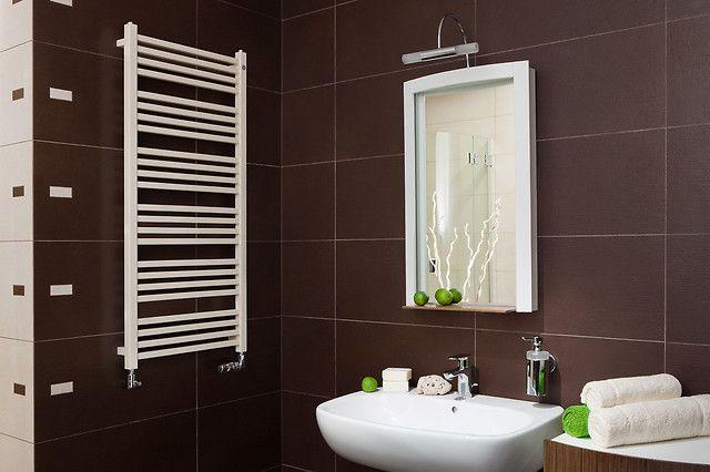 Białe grzejniki będą doskonale pasować do każdej aranżacji. Ta łazienka to połączenie stylu i elegancji.