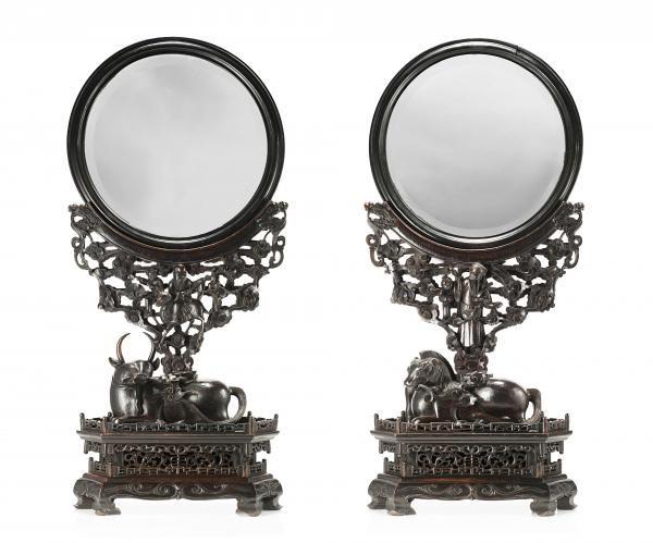 """A pair of large circular mirrors with carved and pierced hongmu supports, one[...], mis en vente lors de la vente """"Important Objets d'Art d'Asie"""" à Il Ponte Casa d'Aste   Auction.fr"""