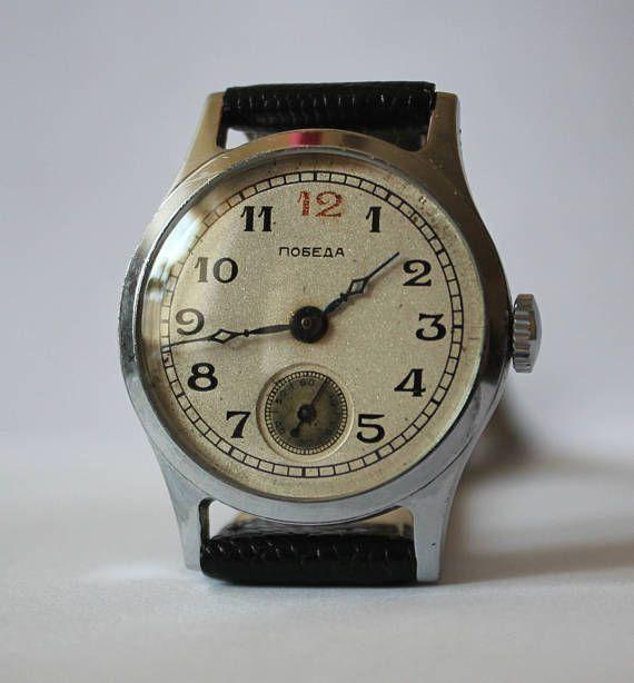 Este reloj tiene un mecanismo con una fecha muy interesante: Relojes de Pobeda (victoria del) fueron hechos por la fábrica del reloj primer Moscú, Kirov después de la segunda guerra mundial en 1946. El nombre de los relojes fue aprobado personalmente por Stalin. Este reloj, que ofrecen para la venta, se fabrica en el mes y año de la muerte de Stalin. La fecha puede verse en el mecanismo (segunda foto). Retro reloj Pobeda Victoria URSS atendidos por un maestro relojero y mantener el tiempo…