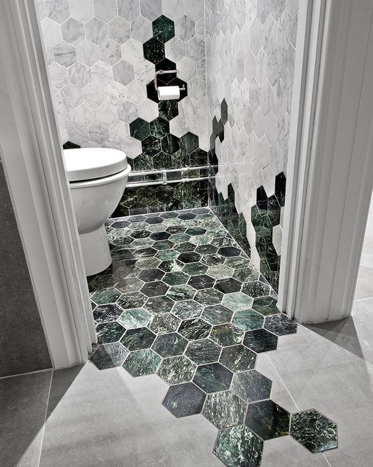 Vihreää ja vaaleaa hexagon marmoria yhdistettynä mielenkiintoisella tavalla
