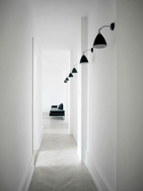 iluminacion de pasillo / blanco y negro
