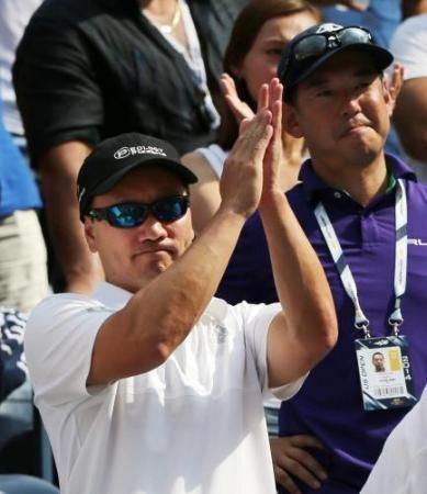 男子シングルスの決勝進出を果たした錦織圭選手に拍手を送るマイケル・チャン・コーチ(AP)