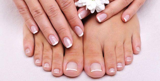 Vingernagels knip je in een ovale vorm, maar bij je tenen knip je ze recht. Zo heeft de nagel geen mogelijkheid om onder je huid te gaan groeien.
