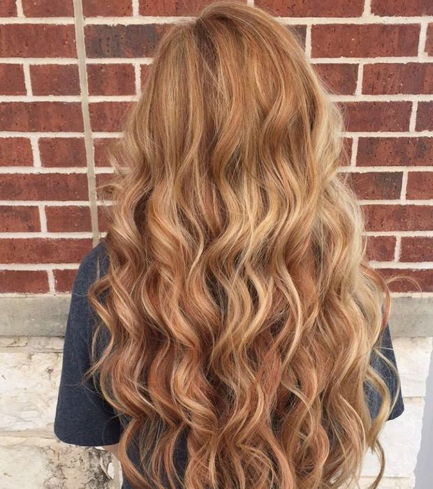 Un joli blond roux sur de longs cheveux bouclés