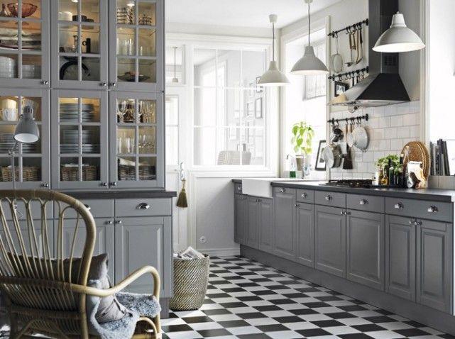 Six éléments muraux en bois posés sur trois éléments bas. Haut : 40 x 37 x h 70 cm. Bas : 40 x 60 x h 86 cm, 1083 € (sans poignées). « Lindigo », Ikea                                                                                                                                                      Plus