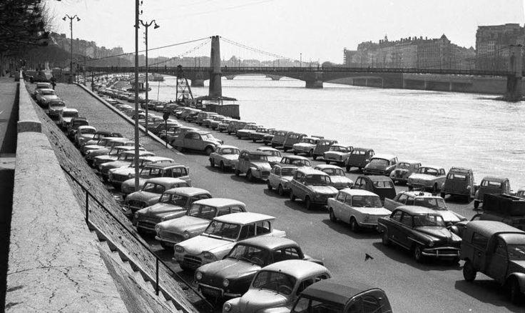 Quand les quais du Rhône appartenaient encore aux voitures / Quai Général Sarrail, 1er avril - Archives Le Progrès