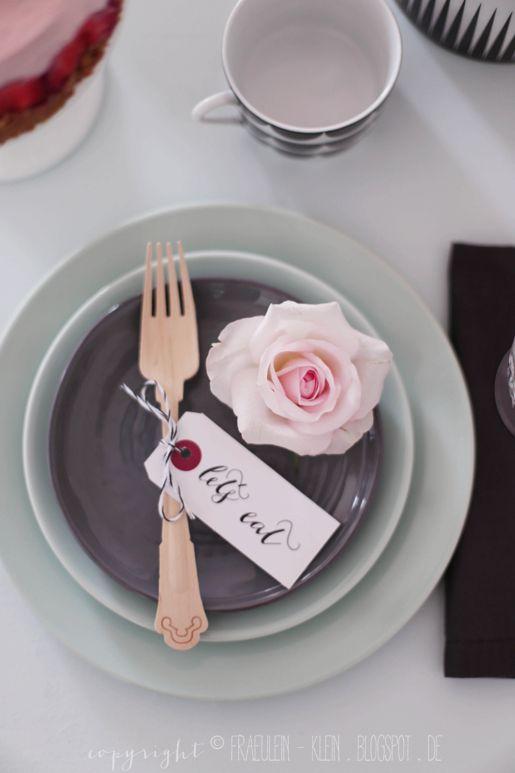 Schönes Gedeck mit Rose und Namenschild, gesehen bei Fräulein Klein