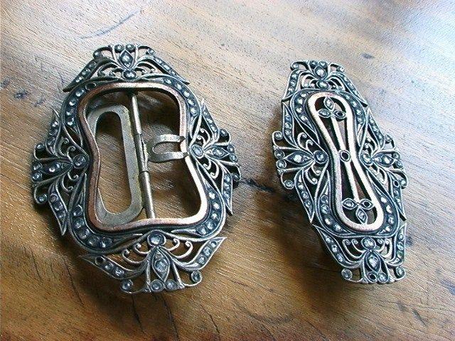 Online veilinghuis Catawiki: Art nouveau zilveren geslepen riemgespen met witte safier slijpsel