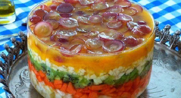 A Salada de Frutas em Camadas é uma opção de sobremesa leve, saborosa e muito refinada. Em qualquer ocasião, ela fará um enorme sucesso. Faça você também!