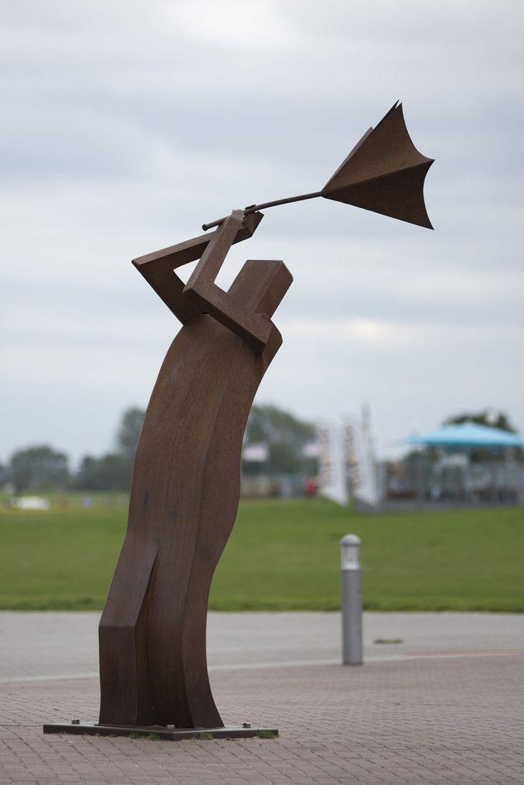 #Schönberg Der Wind weht oft kräftig an der Küste, das bekommt auch der Mann an der Schönbergber Seebrücke zu spüren. Die Skulptur wurde 2004 für eine Kunstausstellung in Schönberg angefertigt. Aus Cortenstah...