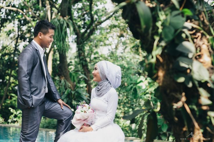 This is incredible! Unique work by  Aliy Photography http://www.bridestory.com/aliy-photography/projects/hidden-paradise-jakarta-pre-wedding-engagement