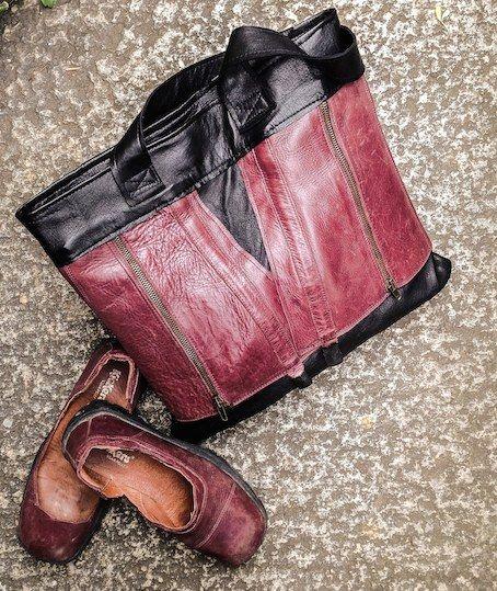 tobeMad re-born n. RB/04  borsa in pelle di vitello realizzata da un paio di stivali sportivi in crosta con fibbie. Abbiamo abbinato una pelle di nappa nera sottilissima. La borsa ha una tasca interna, una dietro e la chiusura con cerniera. Dimensioni: 50x45x2 Colore: nero e bordeaux www.tobemad.it