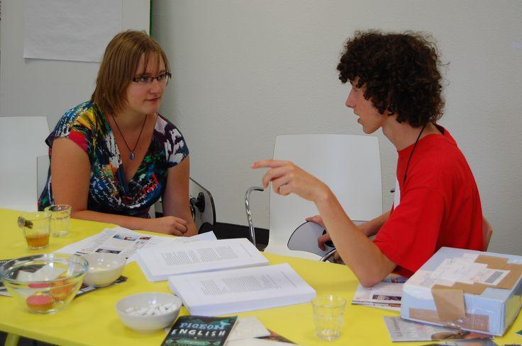 Redactievergadering 8-2012, interview voorbereiden, het manuscript ligt verspreid over de tafel.