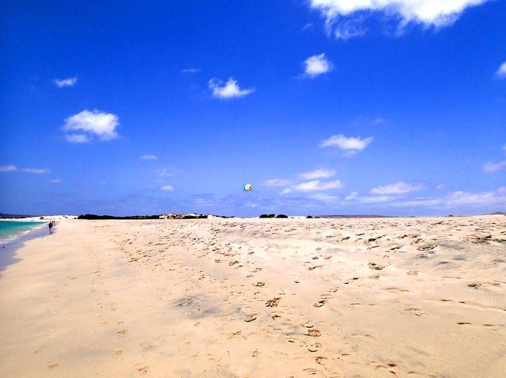 Auf der kapverdischen #Insel #BoaVista findet man breite #Strände und viel Platz für #Urlaubsaktivitäten. Kein Vergleich mit anderen #Urlaubsländern, wo die #Strände schmal und der Platz dicht bei dicht ist. Weitläufige Dünen und klares #Wasser machen Boa Vista zum perfekten #Urlaub. #Surfer und #Kiter, #Taucher und #Sonnenanbeter, jeder kann seinen Vorlieben nachkommen. Das Beste daran, das #Wetter auf Boa Vista ist das ganze Jahr urlaubstauglich. Also, keine Zeit verschenken und gleich…