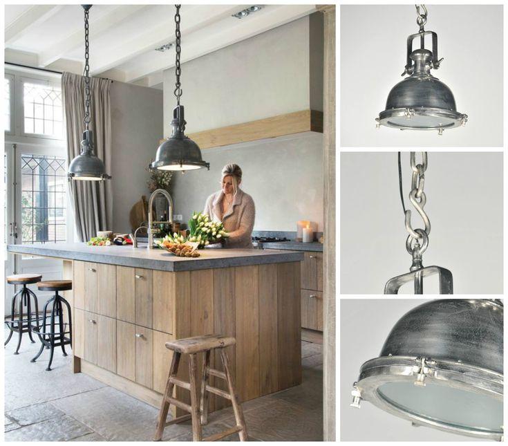Onze hanglamp artikel 86924 staat prachtig boven een kookeiland maar natuurlijk ook gewoon boven een stoere eetkamer tafel.  Je vind hem hier : http://www.rietveldlicht.nl/artikel/hanglamp-86924-modern-klassiek-industrie-look-rond