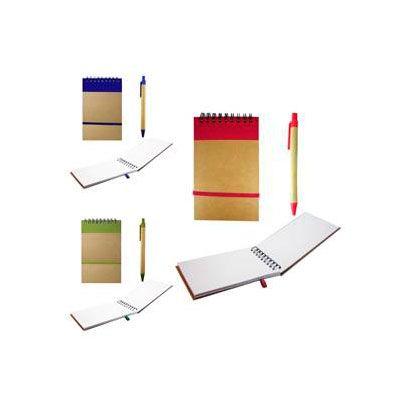 Libreta de papel reciclado,60 hojas, incluye bolígrafo de cartón reciclado. Colores: Azul, rojo y verde. Medida: 14 x 9 x 1 cm.