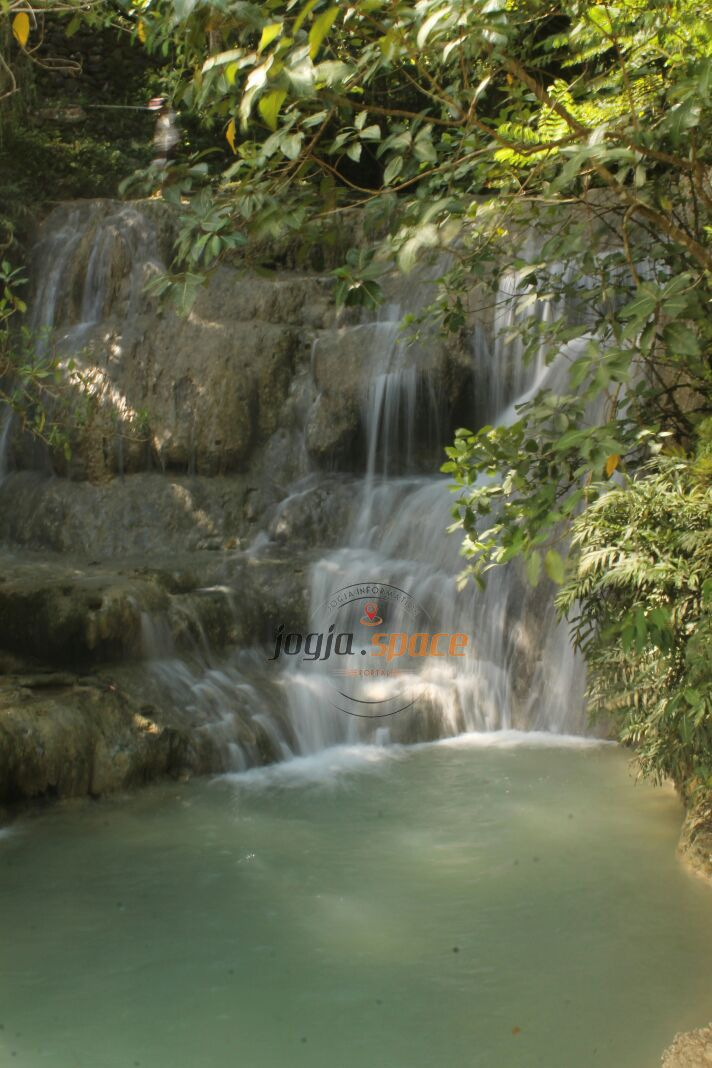 Wisata Alam Air Terjun Grojogan Lepo yang terletak di Dusun Pokoh 1, Dlingo, Bantul terlihat mungil dan cantik! Nama Lepo itu sendiri adalah