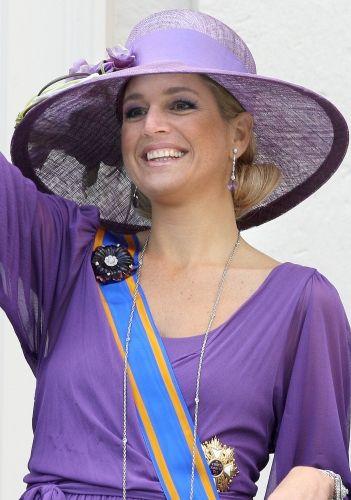 De diamanten oorbellen met paarse pendant | ModekoninginMaxima.nl