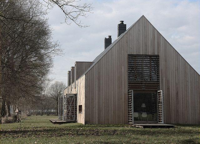 another angle Voor de liefhebbers... Opzij voor iedere raam aan de buitenkant houten lamellen en een kleine veranda. Persoonlijk had het voor mij nog wat strakker gemogen. Misschien wel de woonlaag boven, zodat je als je in je woonkamer zit, over de weilanden richting Peize kunt kijken en misschien zelfs wel een stukje Groningen. Architect Cornelis Kalfsbeek en tevens bewoner In Bunne dichtbij Paterswolde, staan nog twee bijzondere houten huizen. Zgn schuurhuizen de buitenkant is gemaakt van…